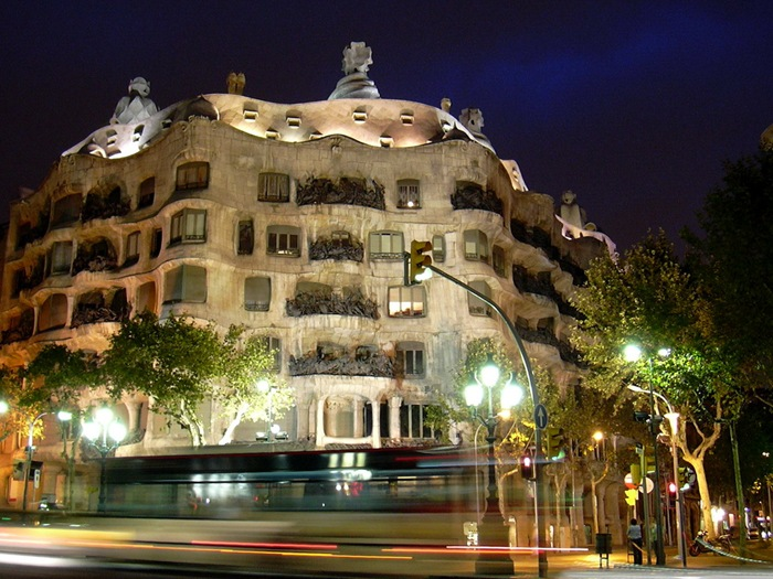06-33-Worlds-Top-Strangest-Buildings-la-pedrera
