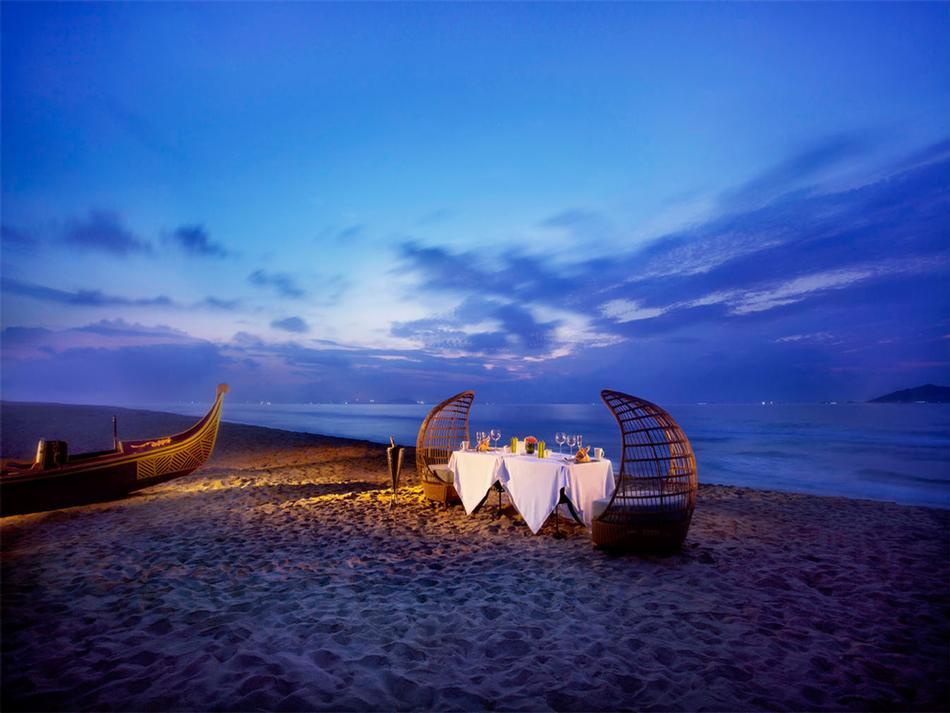16-traditional-canoe-gondola-inspired-dinner-on-the-beach