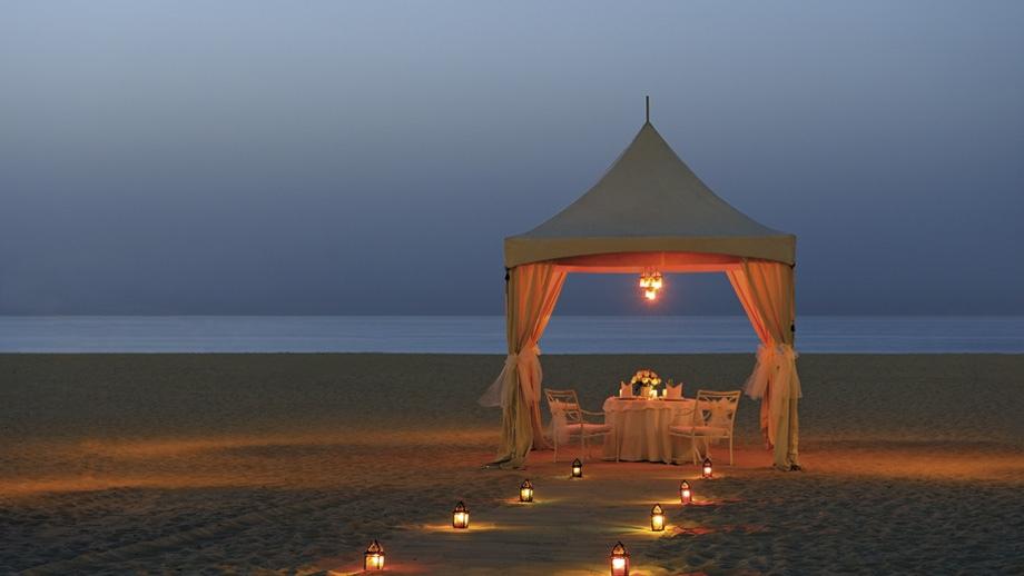 19-lantern-lit-beach-dinner-beneath-white-gazebo