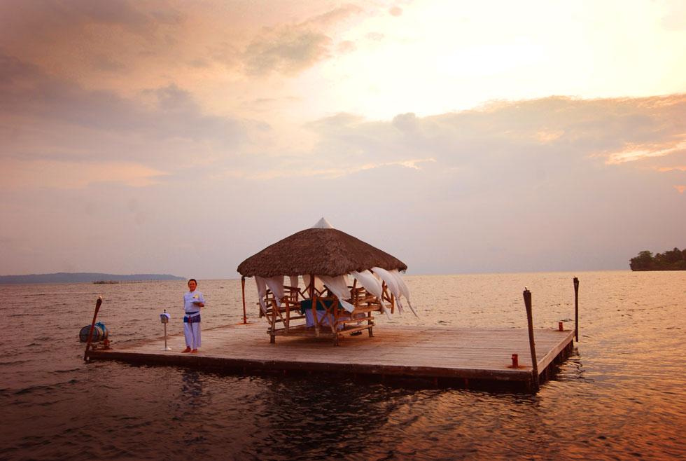 2-Pearl-Farm-Hotel-floating-dinner-on-raft-bungalow