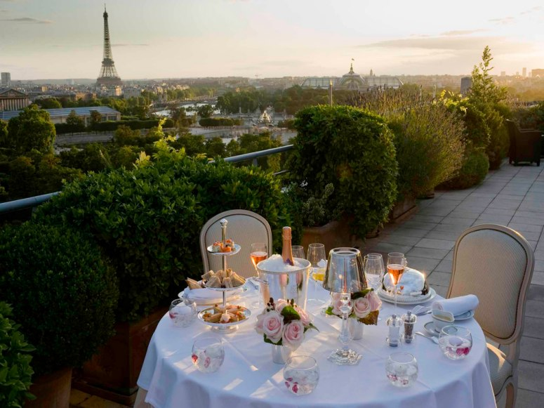 25-dinner-on-the-terrace-with-views-of-the-Eiffel-Tour-Paris