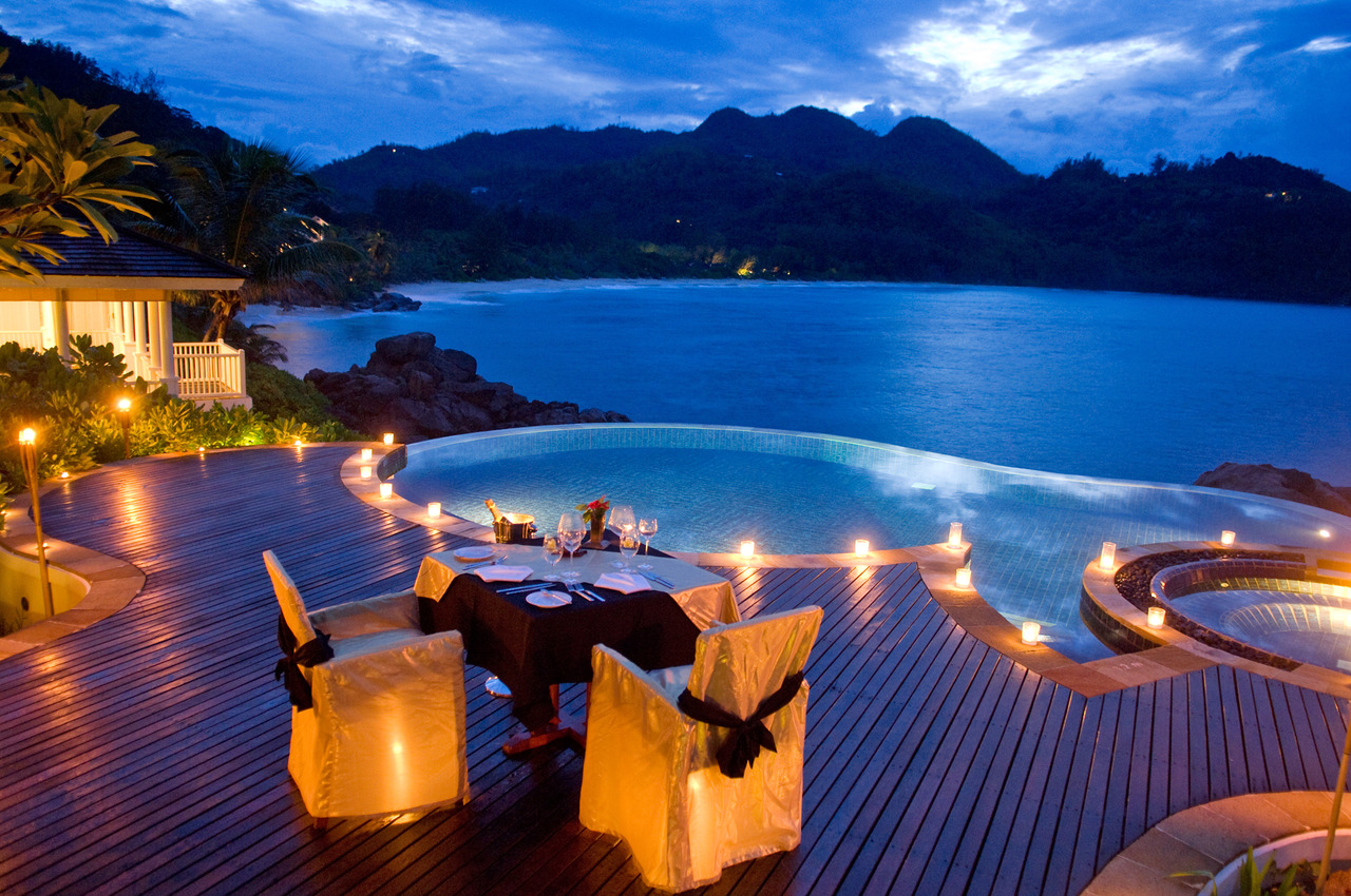 27-dining-by-round-infinity-pool-overlooking-ocean-cliffs