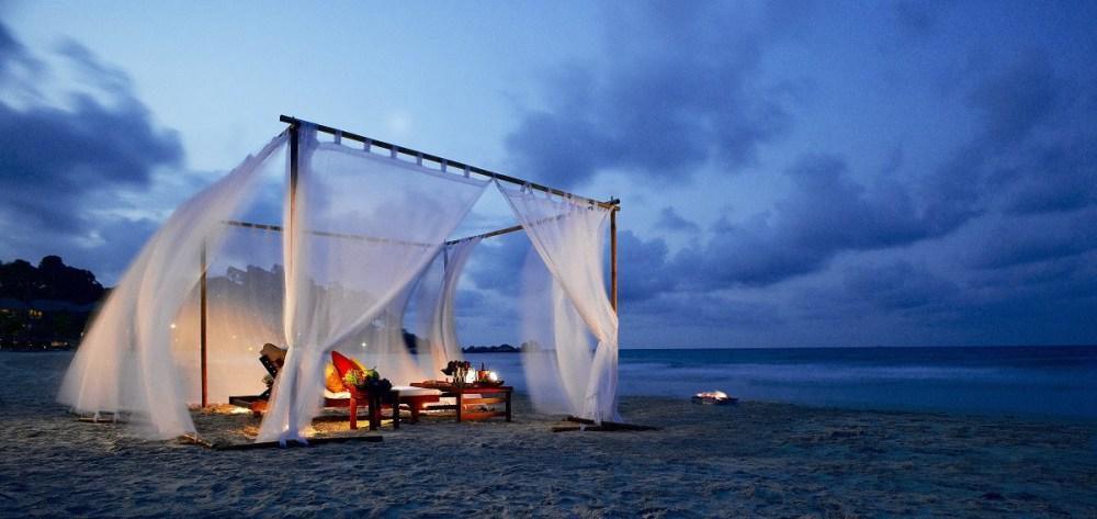 8-romantic-tent-dining-on-the-beach
