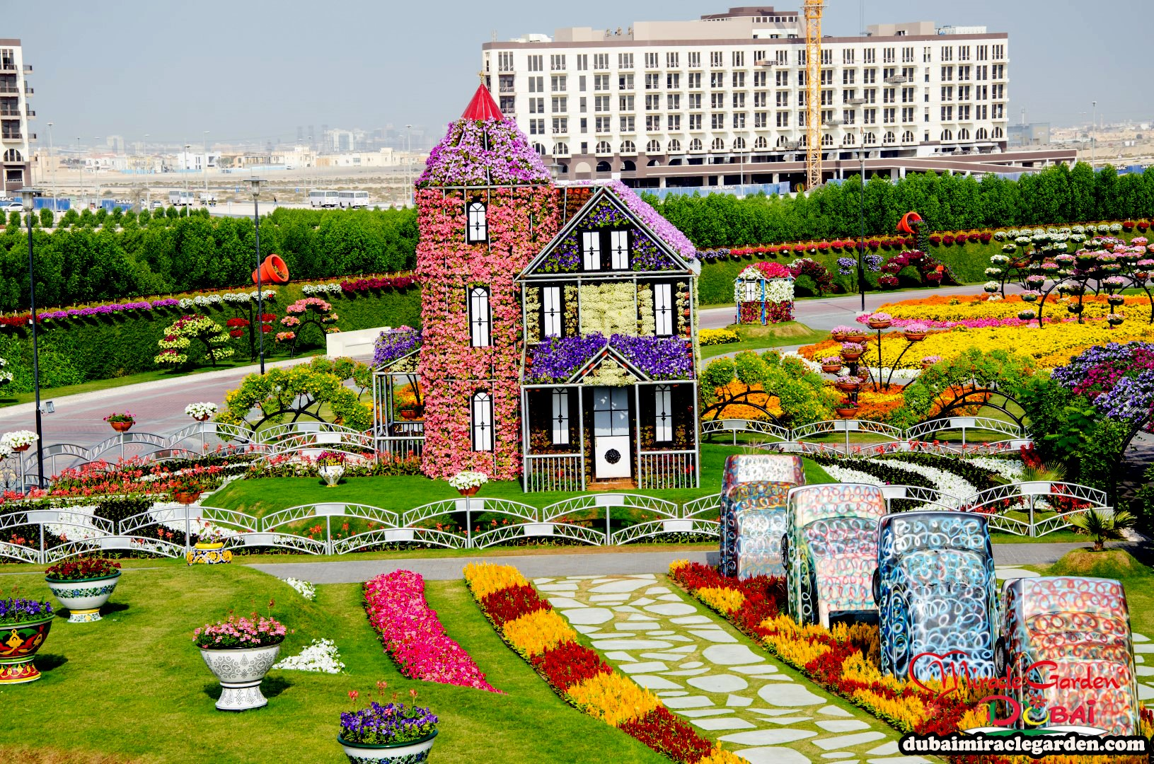 Dubai miracle garden the world 39 s biggest natural flower for Garden pool dubai