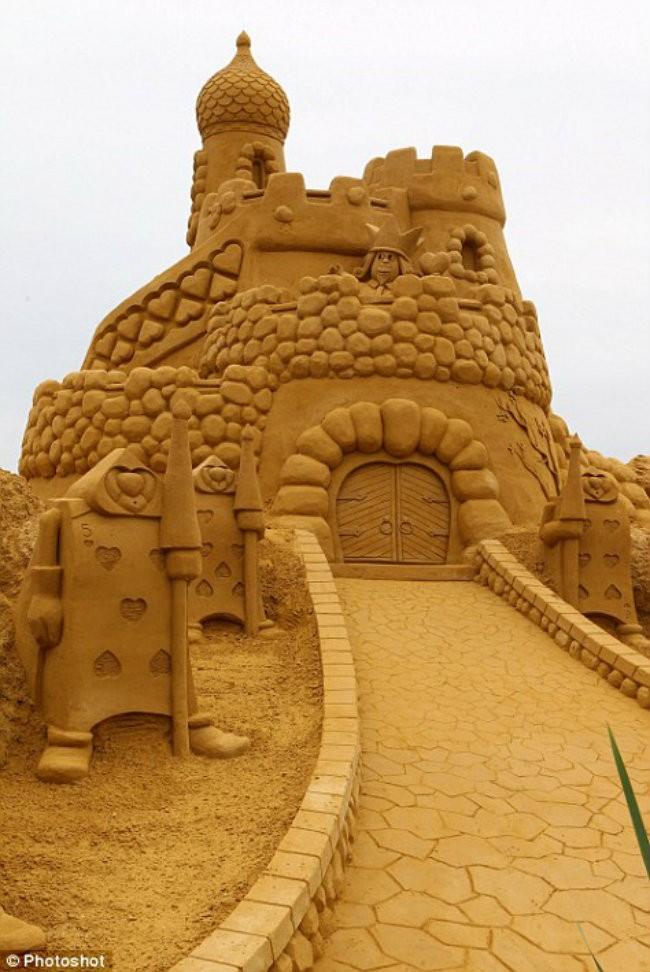 10-Sand-Sculpture-Festival-in-Blankenberge