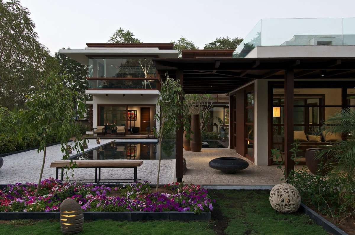 Courtyard house by hiren patel architects architecture for Minimalist house with courtyard