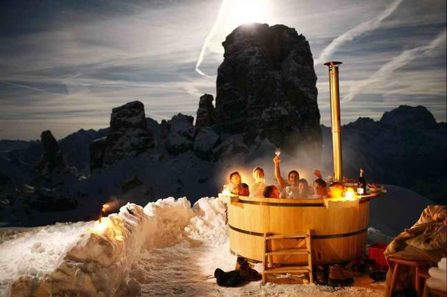 AD-Hot-Tubs-That-Could-Only-Be-More-Amazing-1