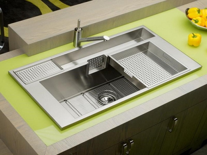Kitchen sink in yellow