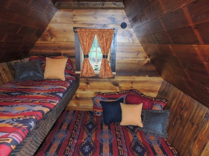 AD-Dan-Pauly-Builds-Rustic-Cabins-From-Reclaimed-Wood-06
