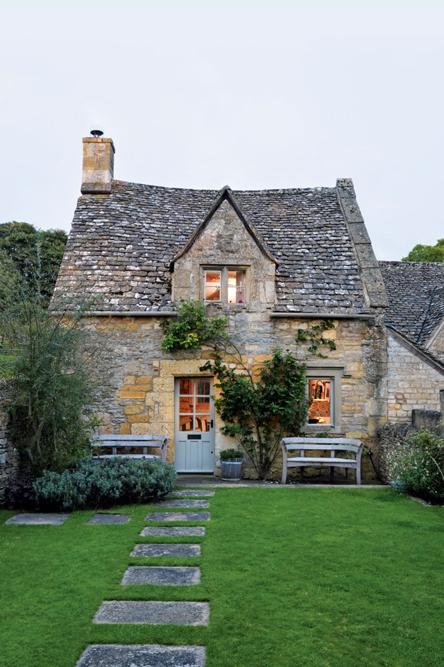 English Country Family Room: Eighteenth-Century Cottage In The Cotswolds