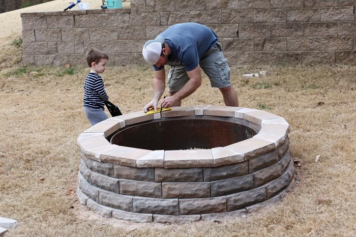 AD-Stay-Warm-And-Cozy-With-These-35-DIY-Fire-Pit-Tutorials-08