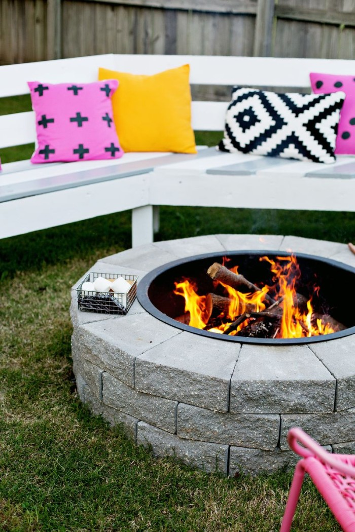 AD-Stay-Warm-And-Cozy-With-These-35-DIY-Fire-Pit-Tutorials-11