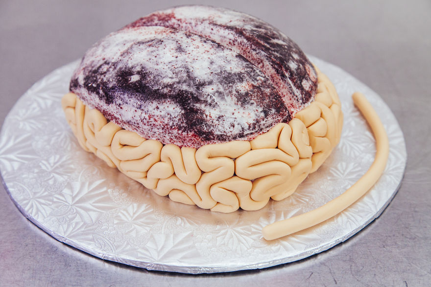 AD-I-Made-This-Red-Velvet-BRAIN-CAKE-For-The-Premiere-Of-The-WALKING-DEAD-03