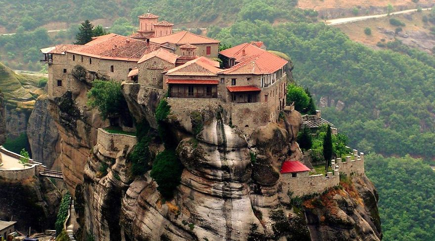 AD-The-Most-Stunning-Cliff-Side-Towns-And-Villages-12