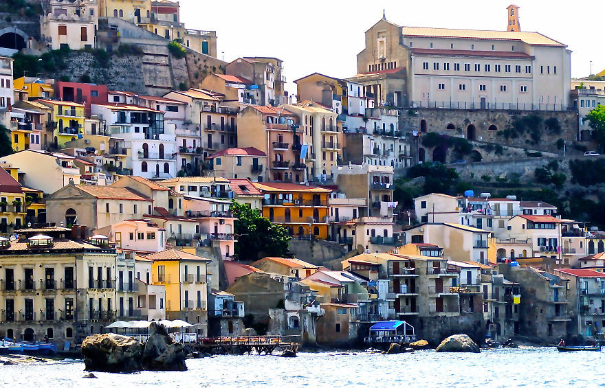 AD-The-Most-Stunning-Cliff-Side-Towns-And-Villages-42