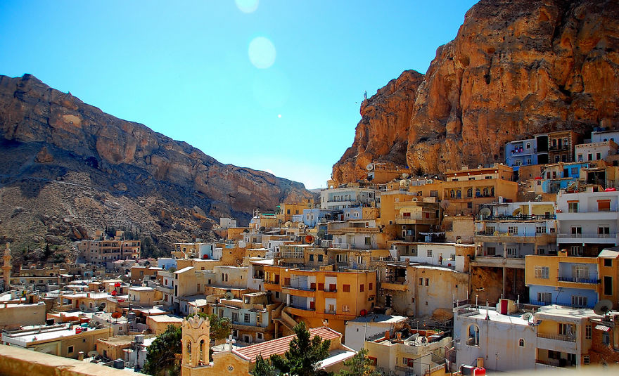 AD-The-Most-Stunning-Cliff-Side-Towns-And-Villages-65