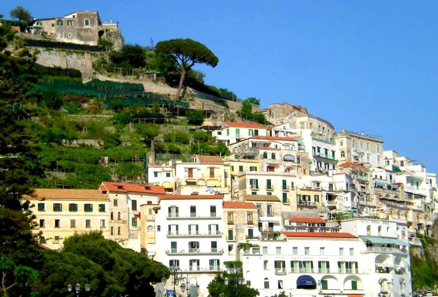 AD-The-Most-Stunning-Cliff-Side-Towns-And-Villages-68