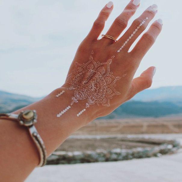 AD-White-Henna-Tattoo-Temporary-Women-Instagram-Trend-15