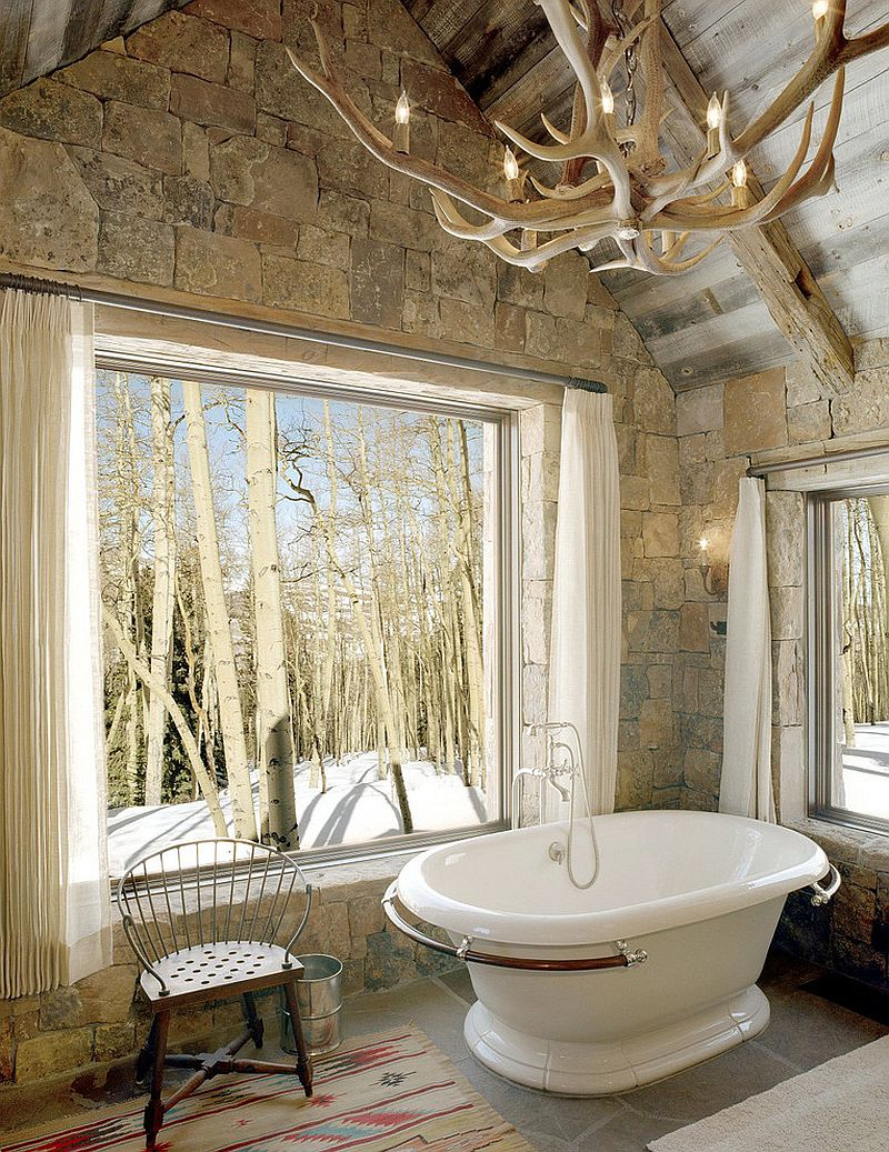 04-AD-Rustic-bathroom-with-stone-wall-vintage-bathtub-and-antler-chandelier