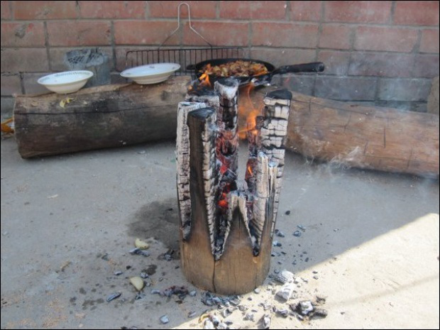 AD-Swedish-Fire-Torch-Make-A-Stove-From-A-Single-Log-11