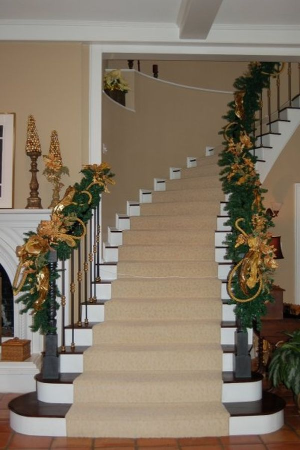 30 beautiful christmas stairs decoration ideas for Beautiful christmas decorating ideas