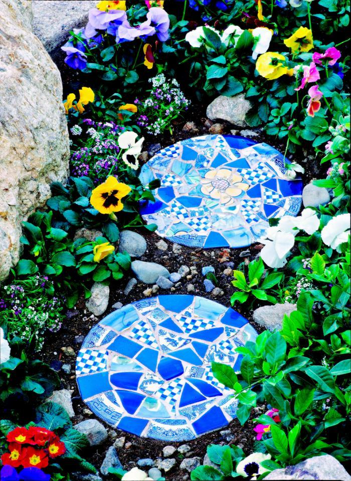 AD-Beautiful-DIY-Stepping-Stone-Ideas-To-Decorate-Your-Garden-02