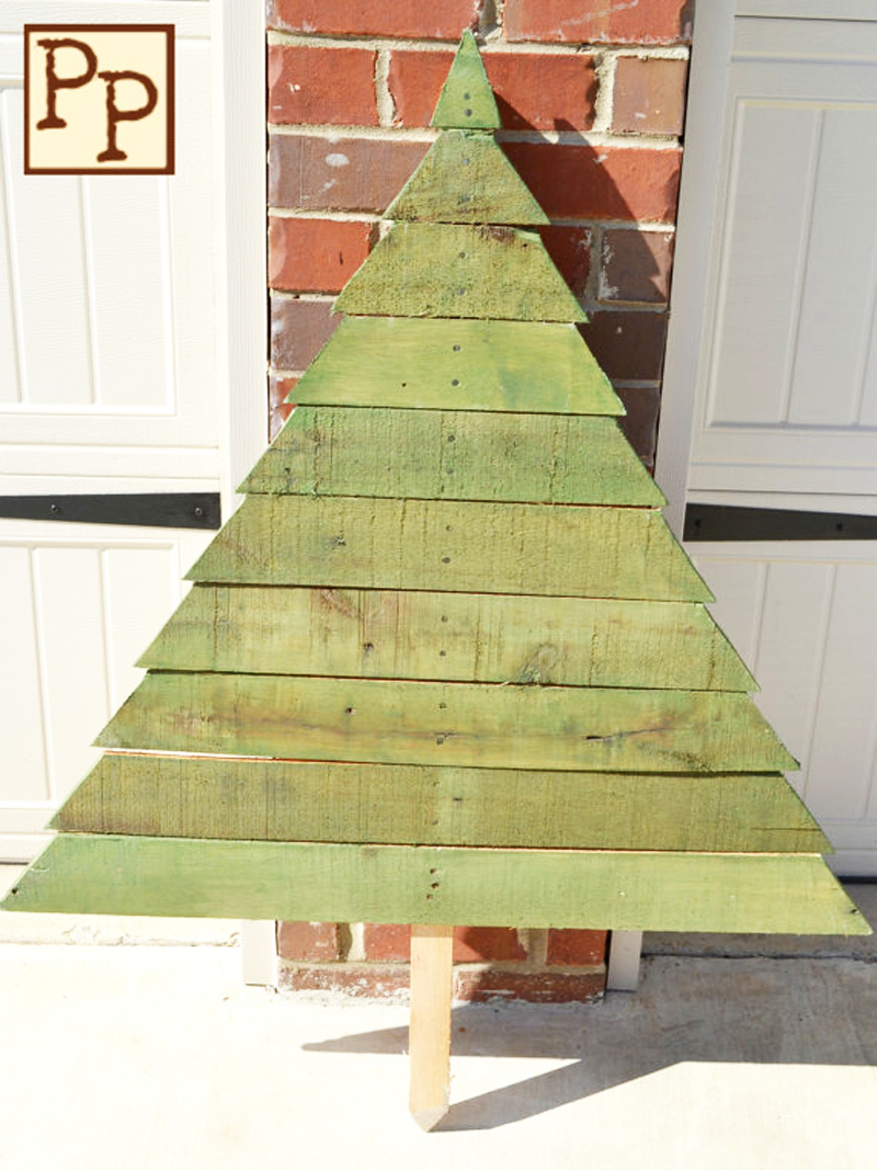 ad ideas of how to make a wood - Pallet Christmas Decoration Ideas