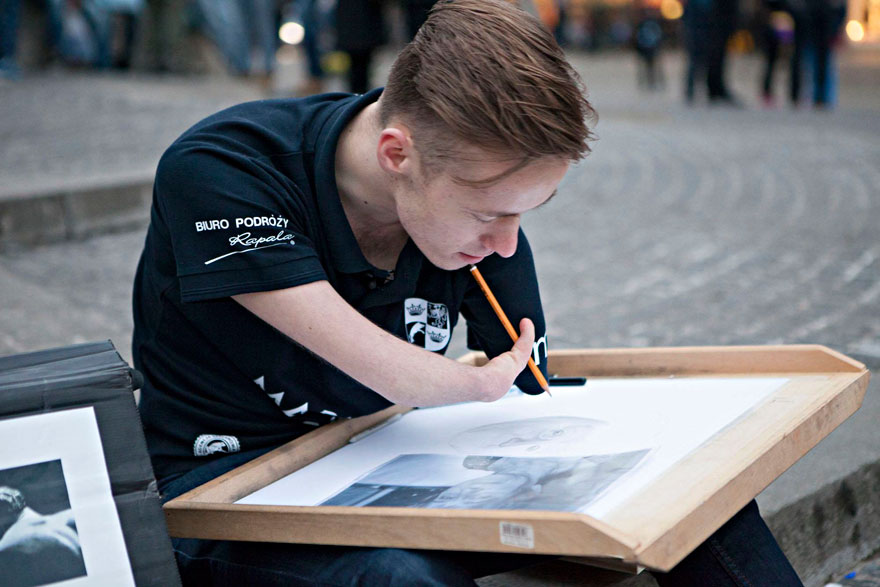 AD-Artist-Born-Without-Hands-Draws-Amazing-Realistic-Drawings-01
