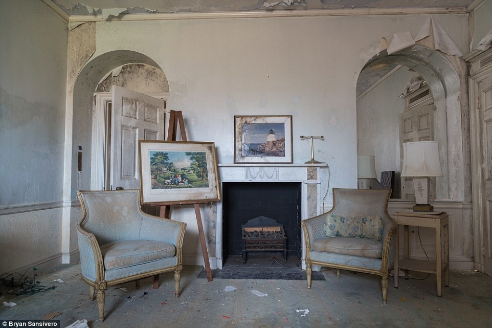 AD-A-Haunting-Look-Inside-A-New-York-Mansion-Frozen-In-Time-After-It-Was-Abandoned-In-The-1970s-09