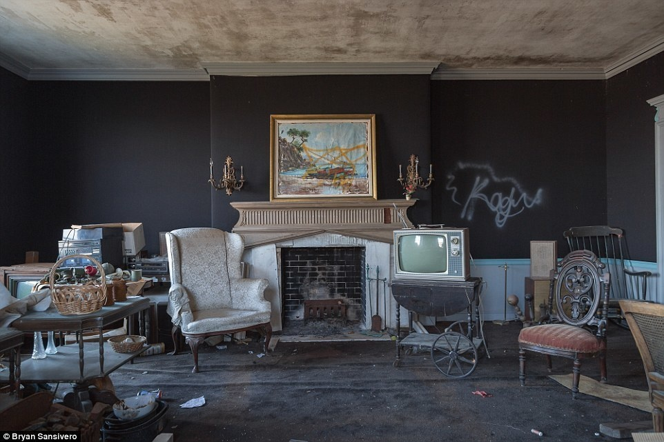 Mysteriously Abandoned In 1976 This Creepy Mansion Just