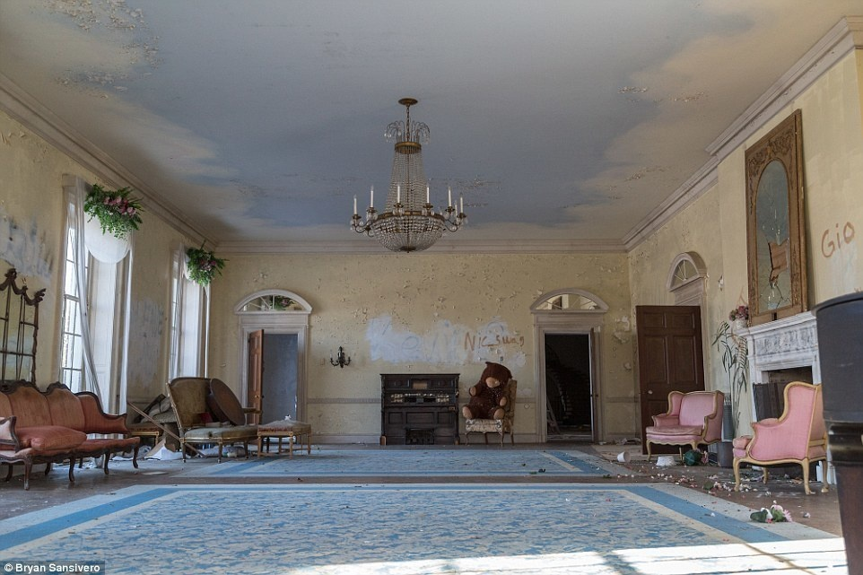 AD-A-Haunting-Look-Inside-A-New-York-Mansion-Frozen-In-Time-After-It-Was-Abandoned-In-The-1970s-18