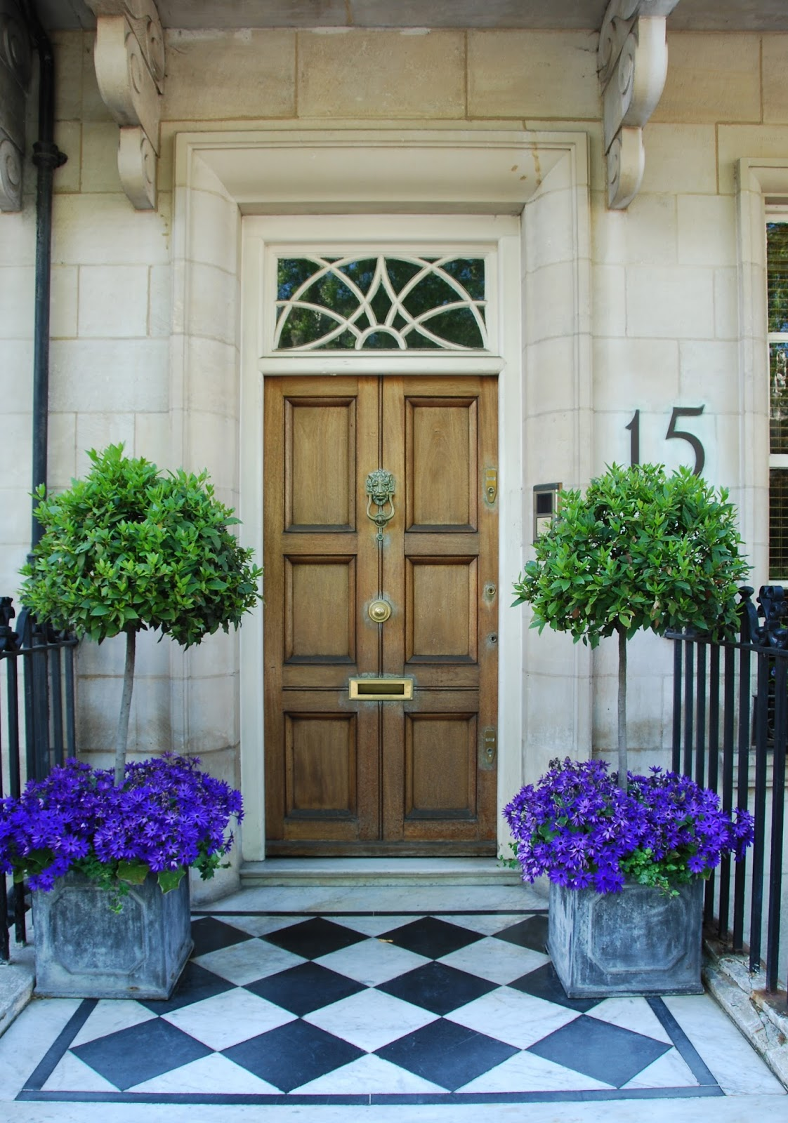40 front door flower pots for a good first impression for Entryway garden designs
