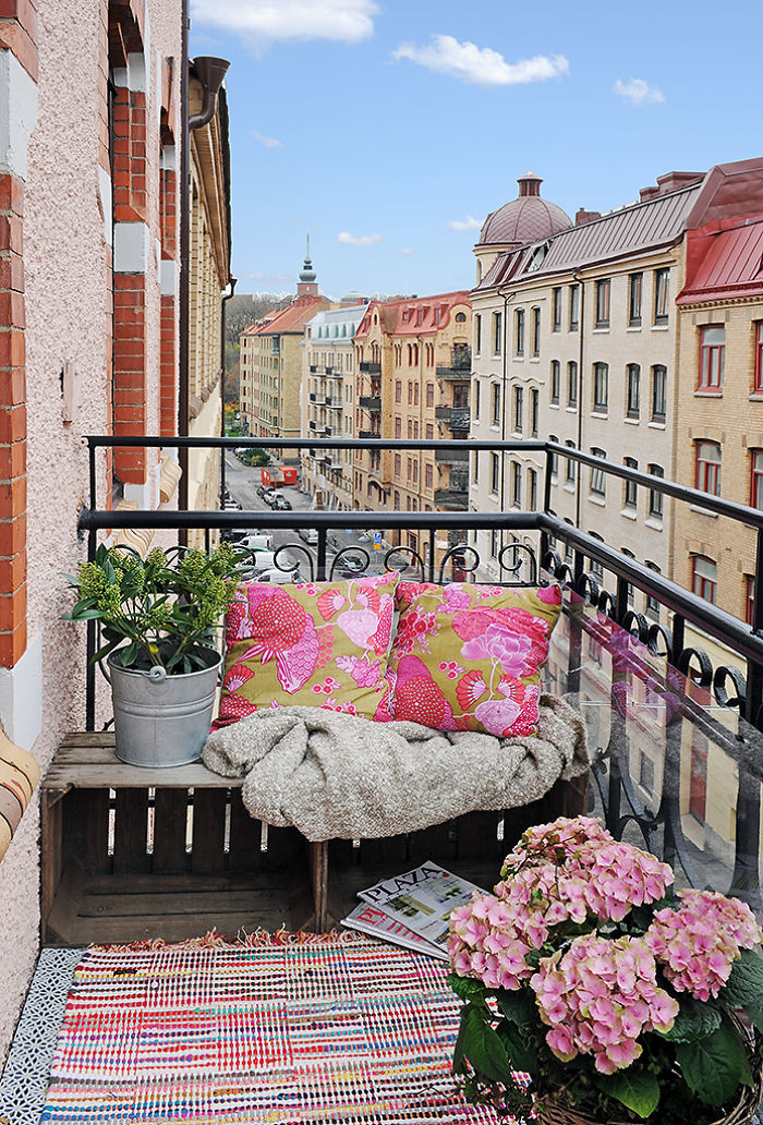 AD-Cozy-Balcony-Decorating-Ideas-30
